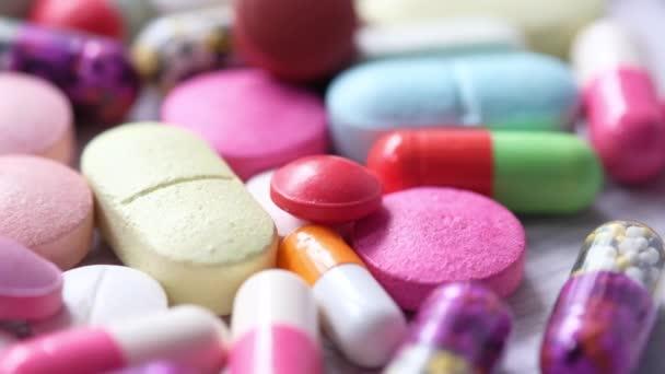 Großaufnahme von vielen bunten Pillen und Kapseln