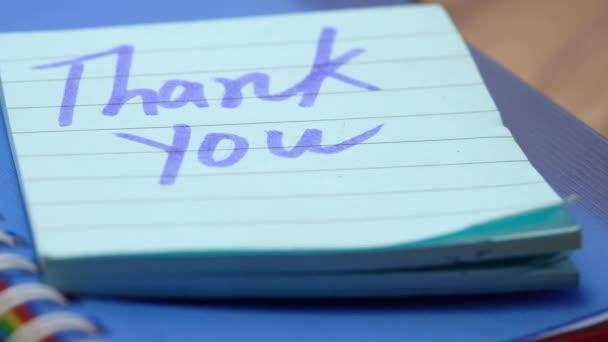 Dankeschön-Nachricht auf Zettel auf Tisch