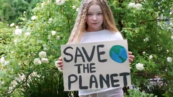 kaukasische blonde Aktivistin mit dem Rettet den Planeten-Plakat im Park. Frührentner engagieren sich freiwillig gegen Umweltverschmutzung, globale Erwärmung, recyceln Müll. Ökologisches Umweltproblem. Keine Verschwendung.