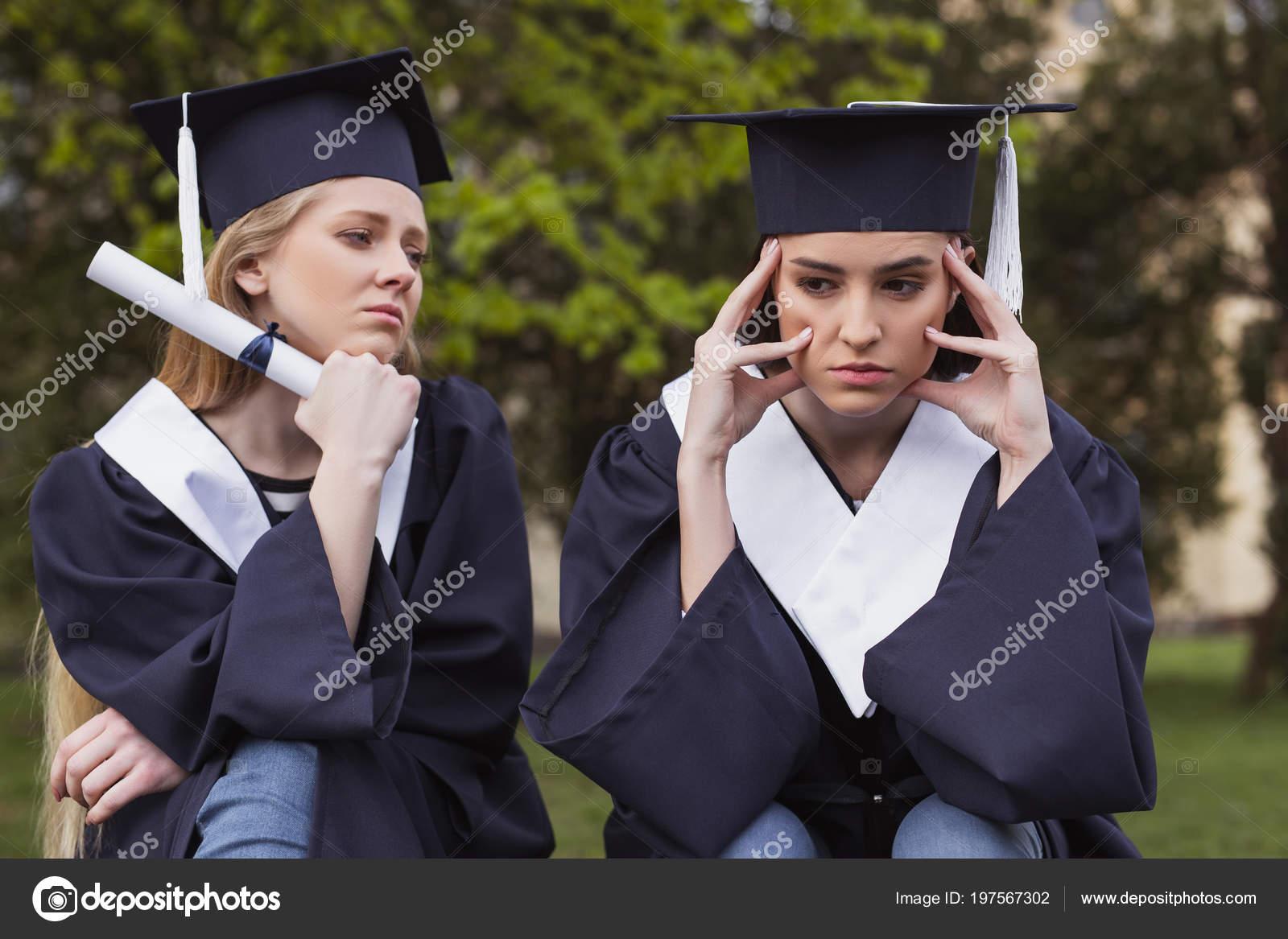 6fe71a16e -Morena estudiante tener dolor de cabeza después de preocuparse en el día  de la graduación– imagen de stock