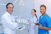 Fotografia Armi di incrocio stomatologo fiducioso sul petto