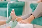 Photo Prosperous businesswoman visiting beauty salon for feet massage