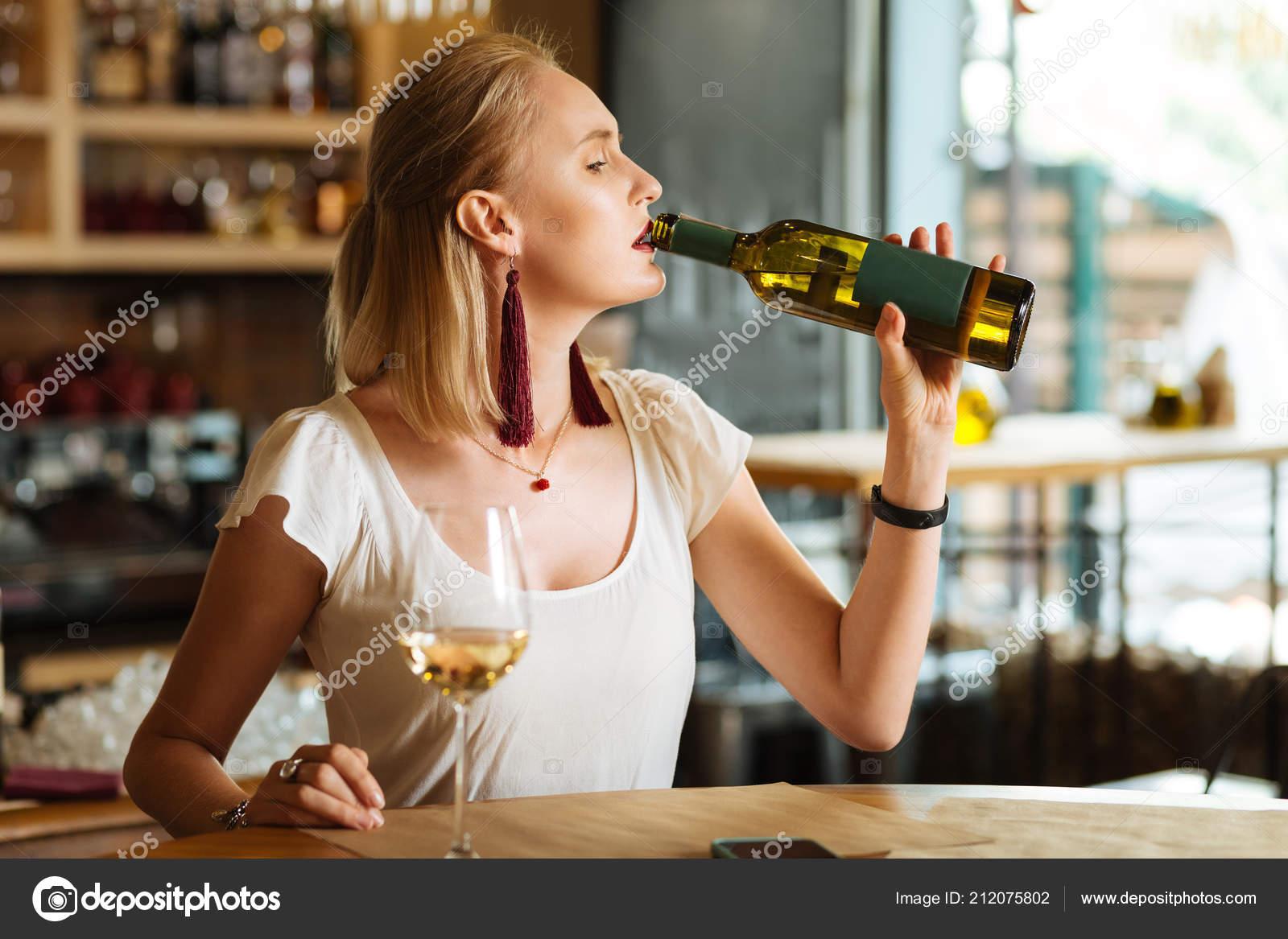 Sie ist nur mit Alkohol kontaktfreudig warum? (Liebe, Beziehung, Mädchen)