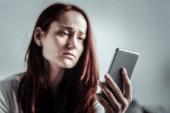 Cílené foto na ženě ruku že smartphone hospodářství