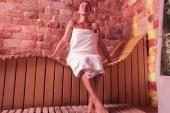 Potěšen šťastná žena se těší její čas v sauně