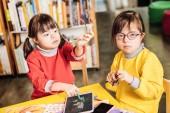 Fényképek Levette a szemüveg húga ül Down-szindrómás lány