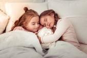 Fényképek Olyan békés. Szép Aranyos nővér alszik az ágyban, miközben otthon