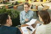 Fotografie Geschäftsfrau in blauer Bluse schlägt neue Idee vor