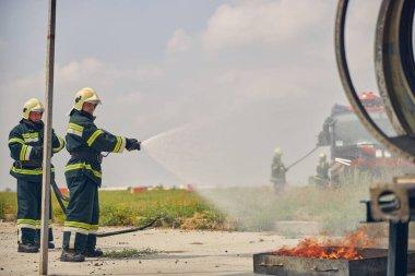 İtfaiyeciler yangını söndürün.
