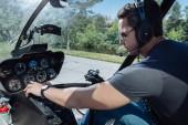 Fényképek Csinos, fiatal férfi helikopter műszerfal ellenőrzése