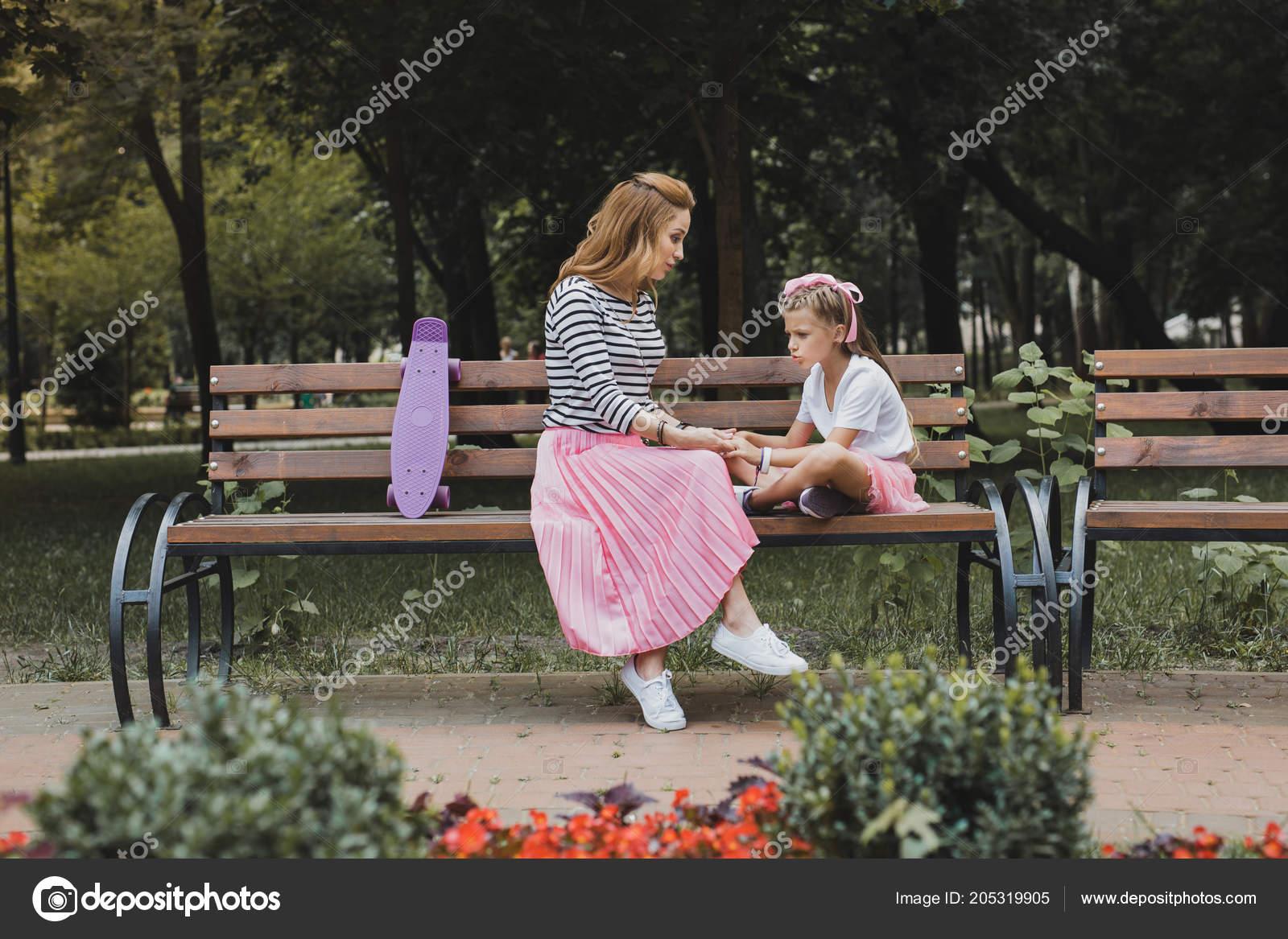 Op Een Bankje.Modieuze Moeder Zittend Op Een Bankje In Het Park In De Buurt Van
