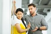 junges Mädchen stoppt Kollegen und lehnt sein Angebot ab