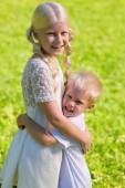 Fotografie Wenig begeistert junge umarmt seine Schwester stark