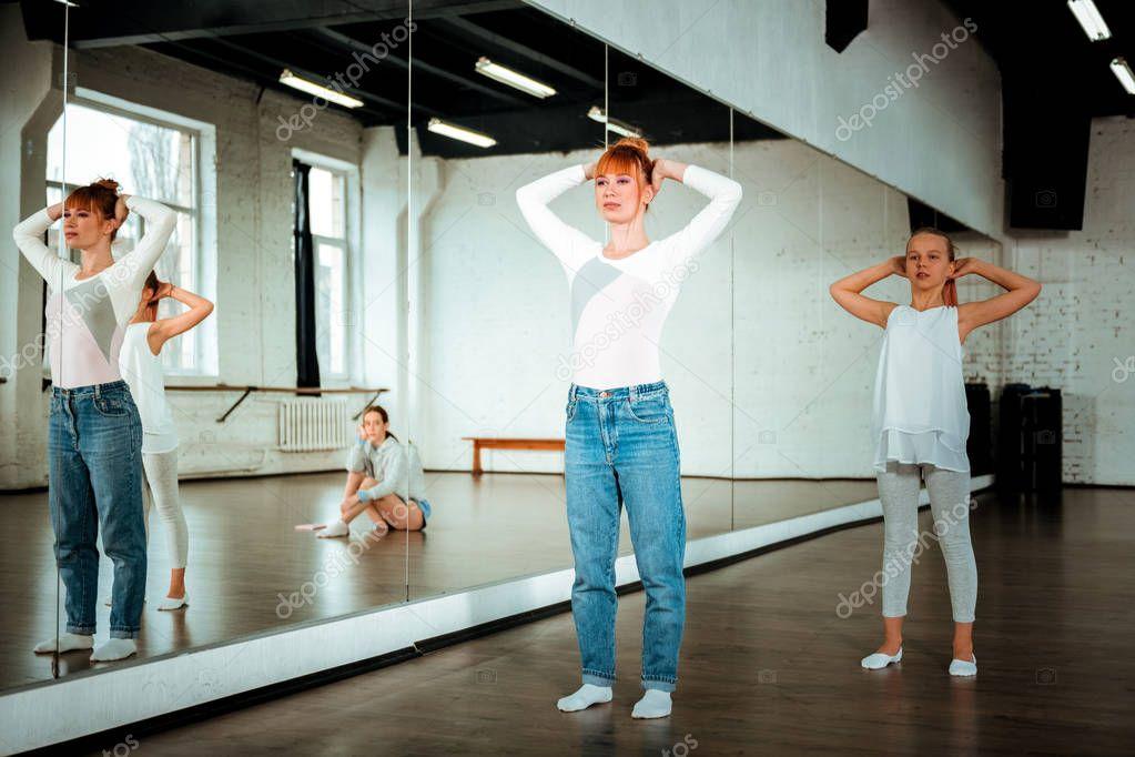 Танцы возле зеркала клип ноги