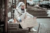 Smutná žena přemýšlet o svém předchozím životě
