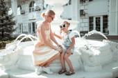 kleines Mädchen verbringt Zeit mit ihrer Mutter.