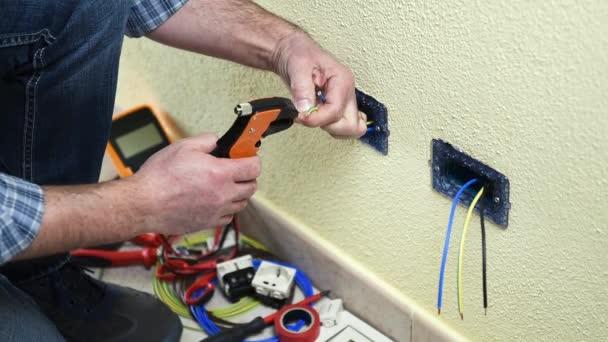 Elektrikář technik pracovník s dráty striptérka kleště připraví elektrický kabel v rezidenční elektrického systému. Stavební průmysl. Budova. Záběry.