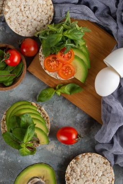 Crispy rice cakes with tomatoes and avocado