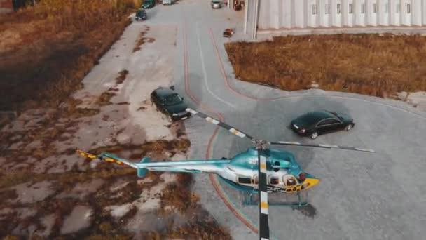 Letecké natáčení, cars jednotku k vrtulníku na letišti, 4 k jako v kině barevný