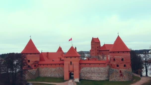 Trakai, Litvánia, Trakai sziget vár, őszi tó, 4 k filmszerű színe fölött légifelvételek