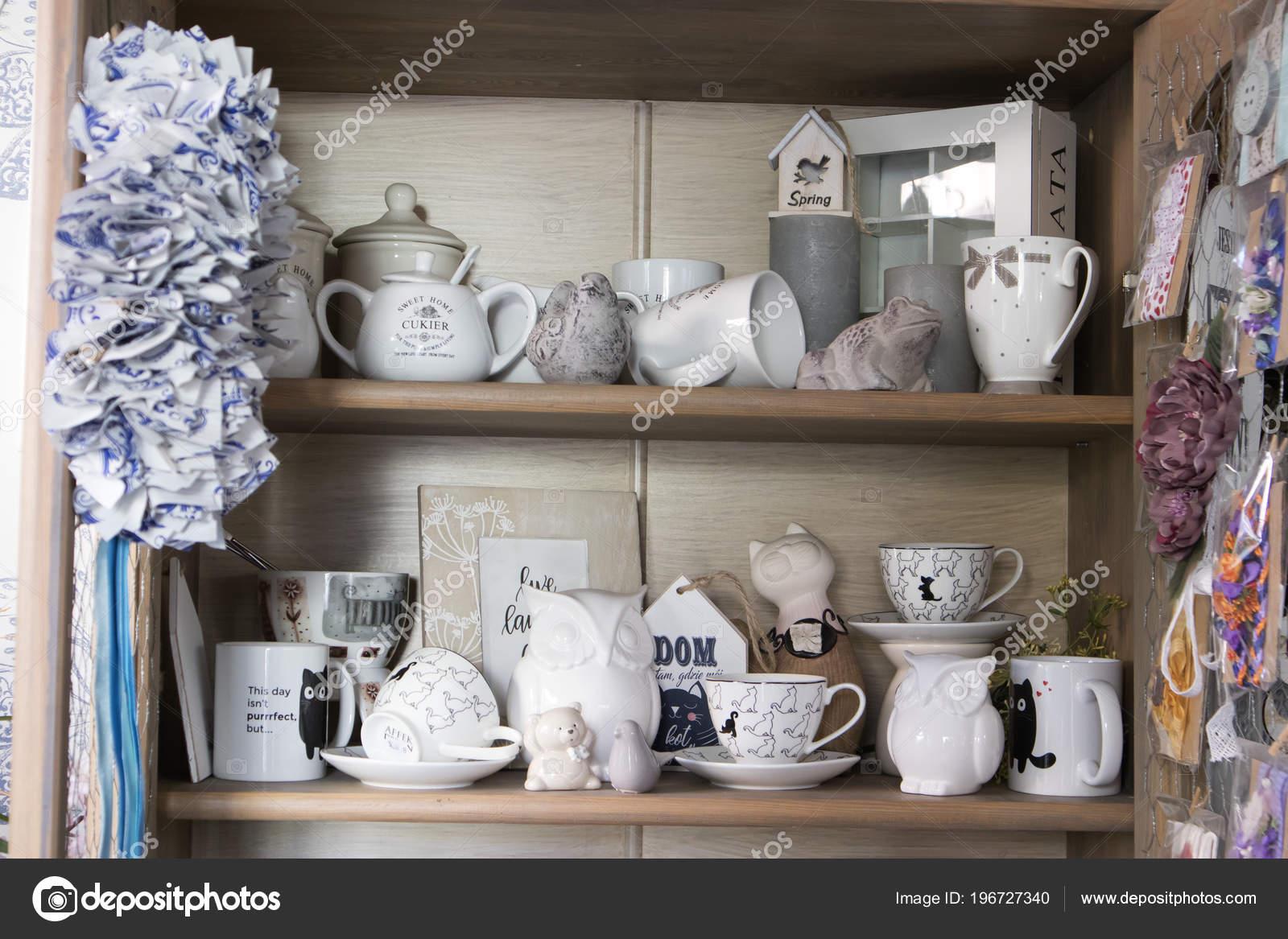 Arts De La Table Et Souvenirs Dans Un Magasin De Fleurs Pour