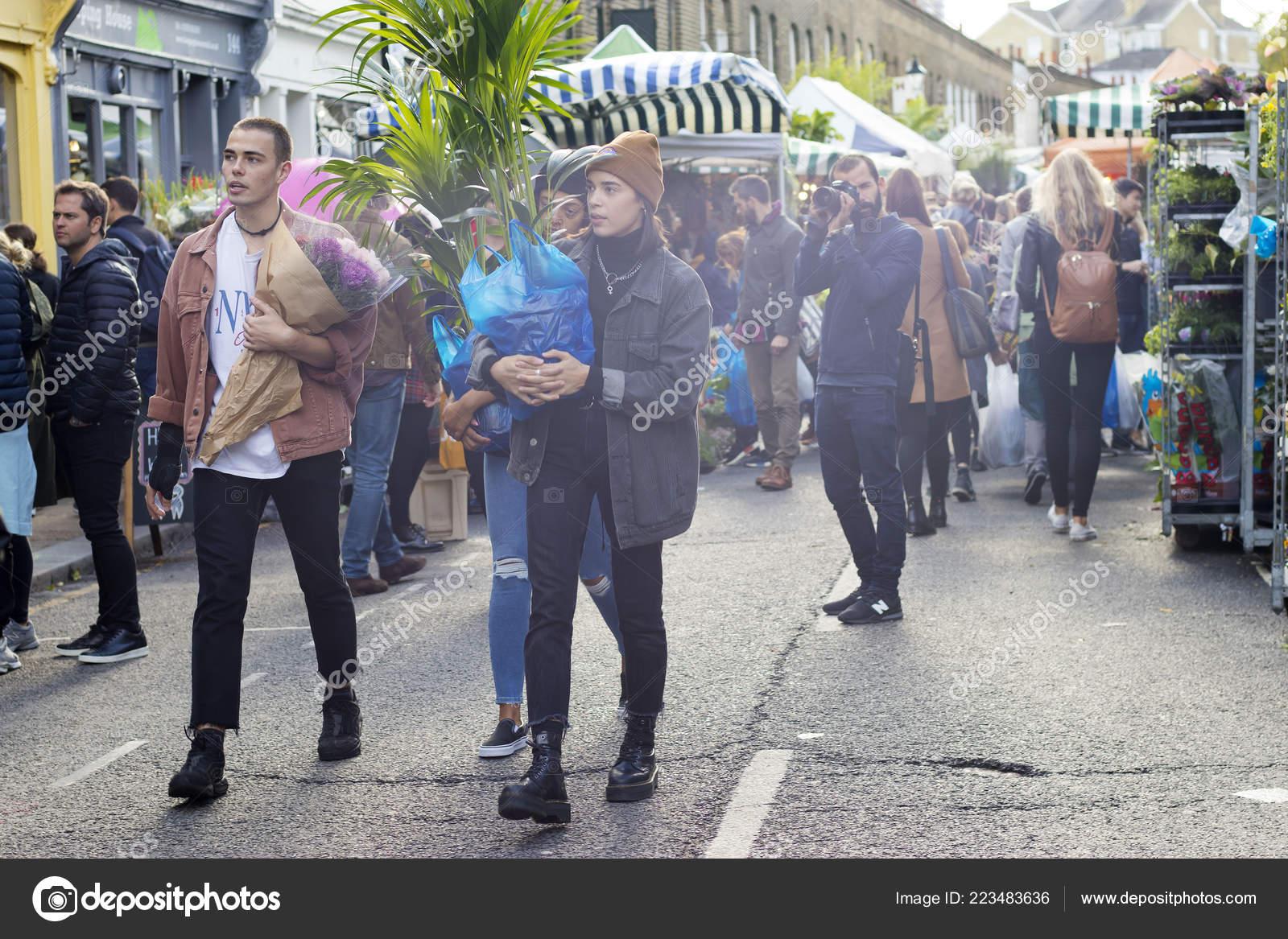 c683af84b28e Λονδίνο Αγγλία Οκτωβρίου 2018 Εφηβική Παρέα Περπάτημα Στο Περίφημο Brick —  Φωτογραφία Αρχείου