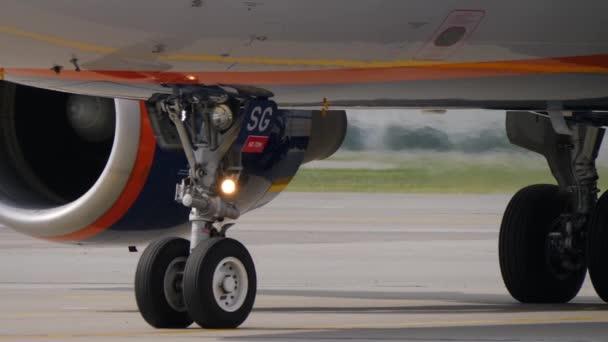Proudový letoun pohybuje na pojezdové dráhy na letišti. Přistávací zařízení, motor a trupu dno