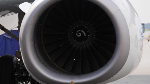 Detailní záběr stroje jet. Letoun přestal turbíny zůstává na odbavovací ploše letiště