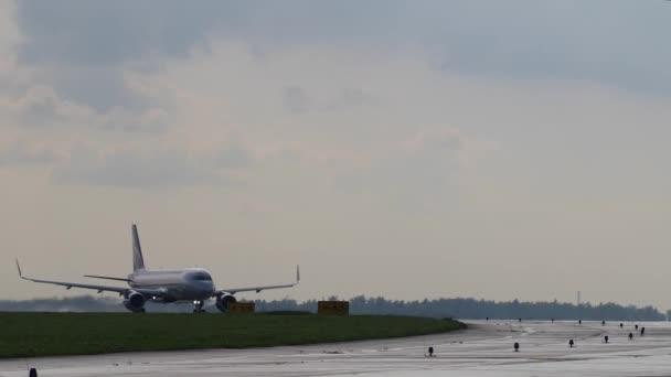 Dopravní letadlo se pohybuje na dráze. Letadla před vzletem. Zamračená obloha
