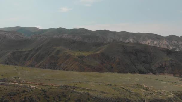 Posouvání záběr horský hřeben a vodní plocha jezera v Arménské Vysočině