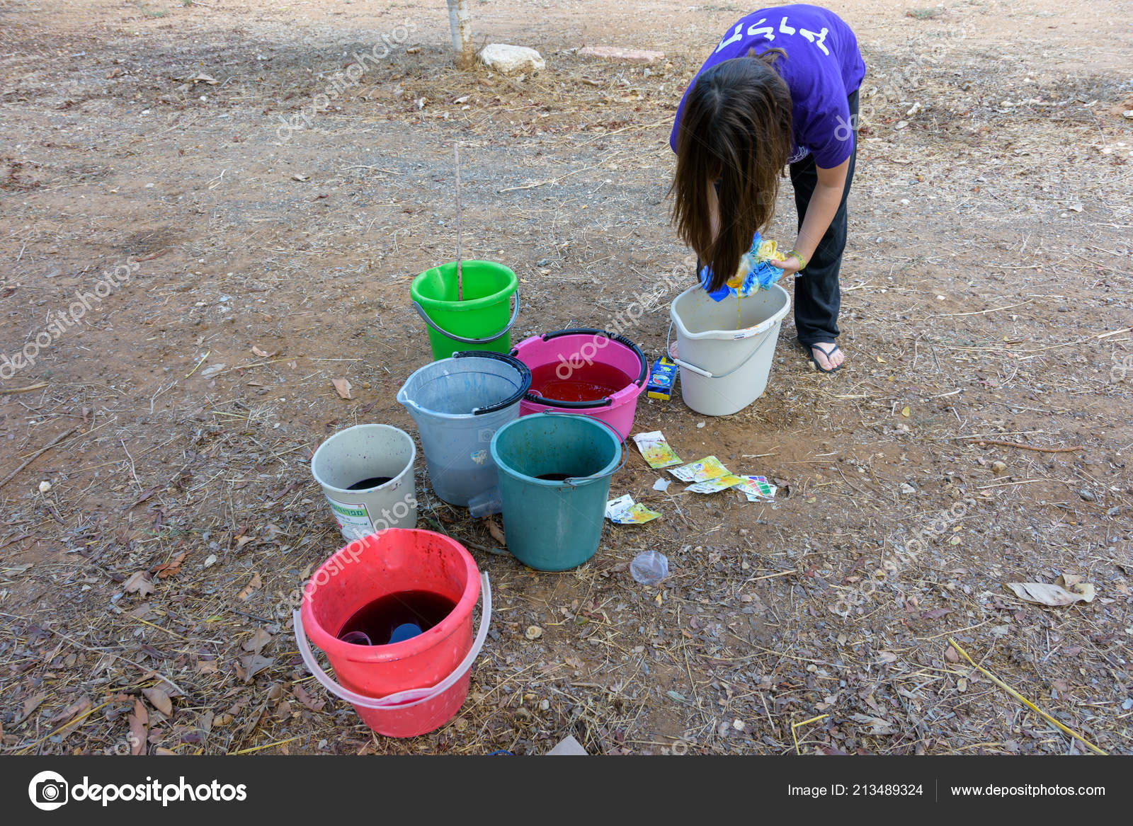6bb29f2c 13, 2017: Teenage girl making a bunch of colorful tie-dye T-shirts during a  tie-dye party — Photo by dnaveh