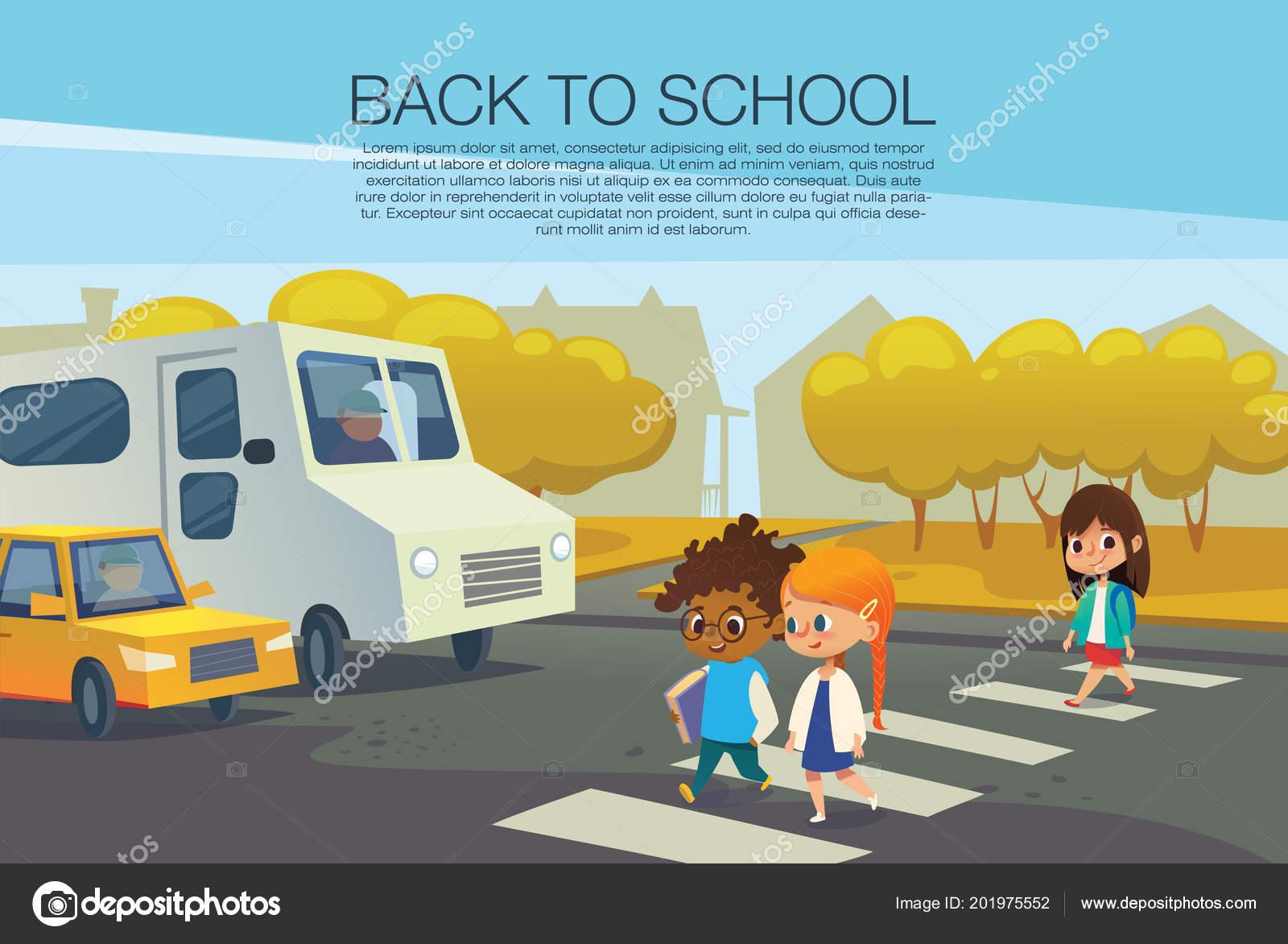 multiraciales enfants marchant sur le passage pour pi tons en face des voitures arr t es contre. Black Bedroom Furniture Sets. Home Design Ideas