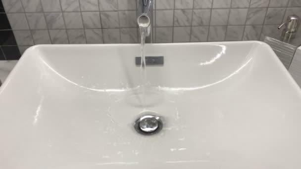 Víz ömlik a mosogatóba.