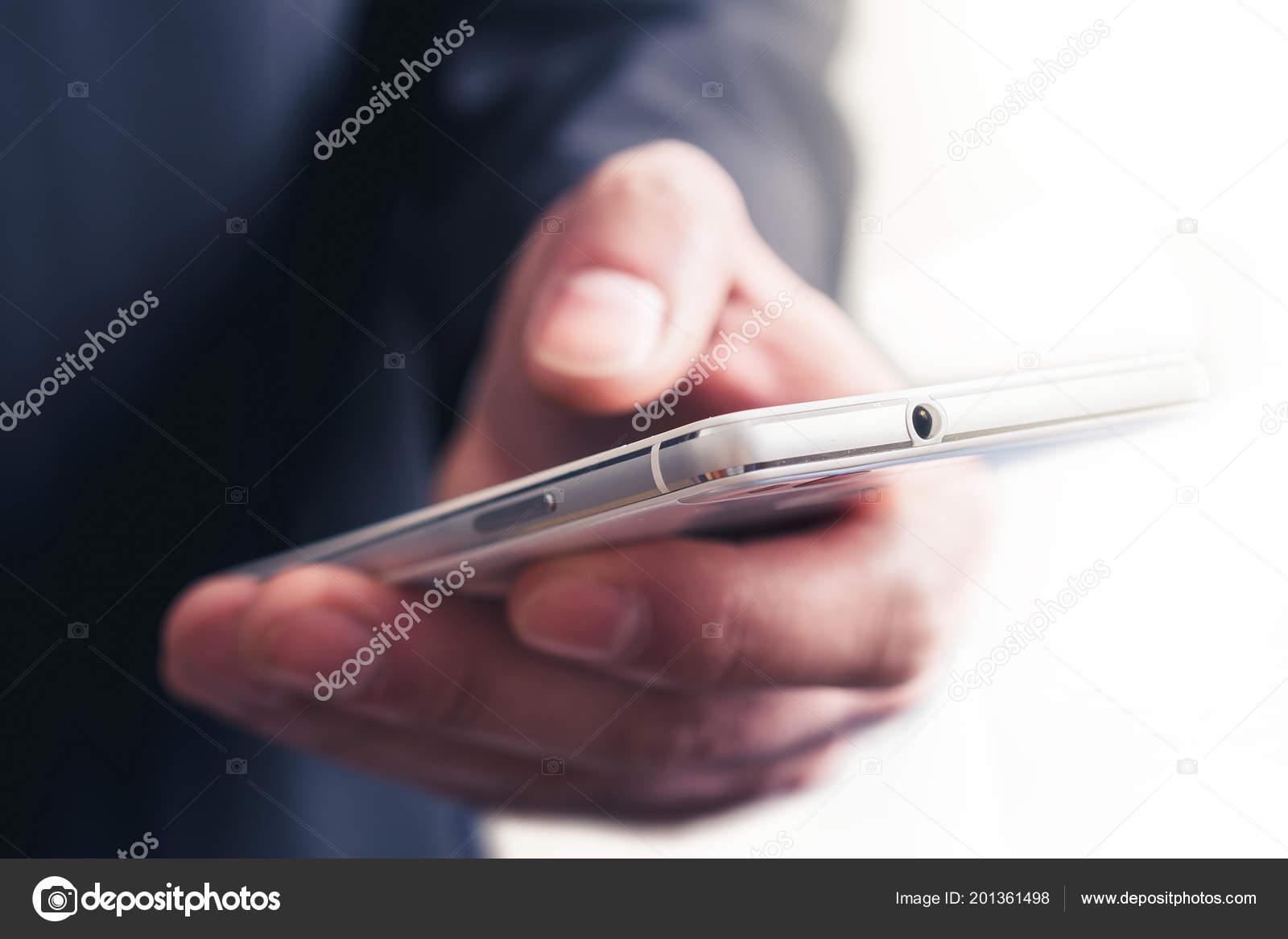 Chiuda In Su Di Un Uomo Daffari Toccare Un Telefono Cellulare