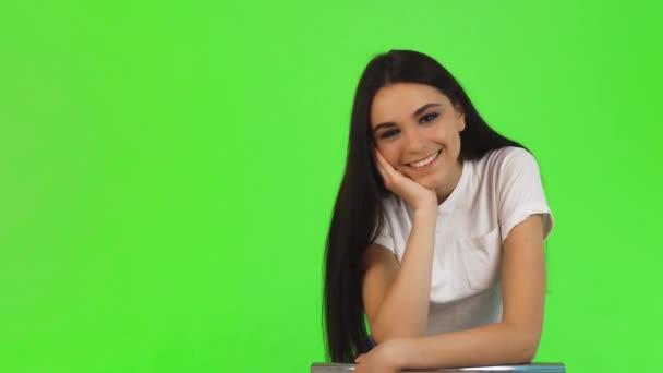 Ohromující krásná mladá žena s úsměvem do fotoaparátu