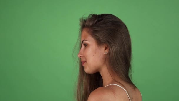 Dlouhé vlasy opálené krasavice s úsměvem přes rameno