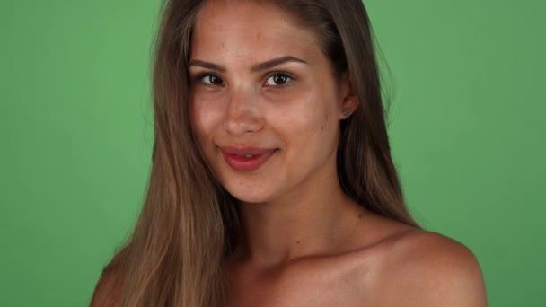 Studio záběr ohromující mladé ženy šťastný úsměv na kameru
