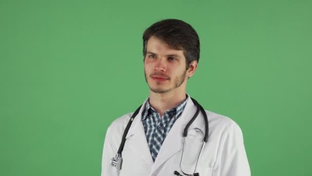 glückliche männliche Arzt lächelt in die Kamera auf chromakey