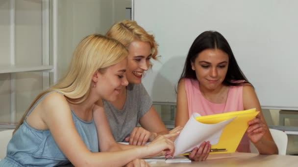 Gruppe junger Geschäftsfrauen lächelt in die Kamera