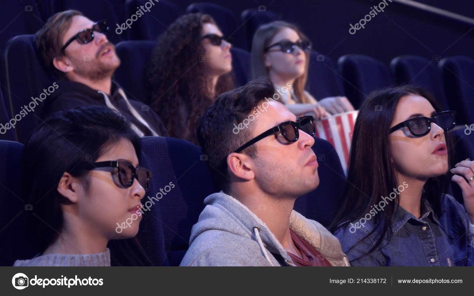 People enjoy 3D effects at the movie theater — Stock Photo