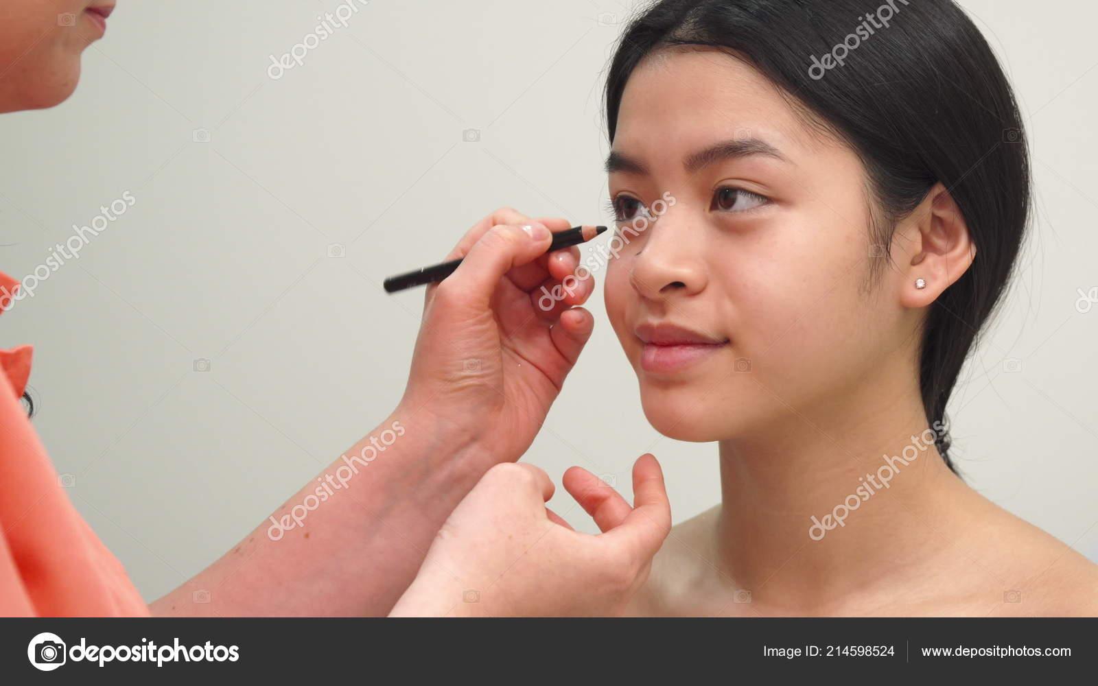 Especialista Em Beleza Usa Lapis Cosmetico Stock Photo C Kotlyarn 214598524