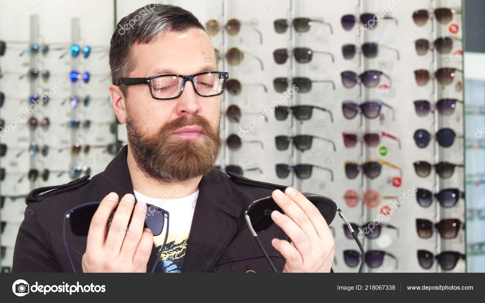 Barbudo macho cliente escolher entre dois pares de óculos de sol comprar  óculos para o consumismo de loja de optometristas compra compra cliente  compra ... de5060c888