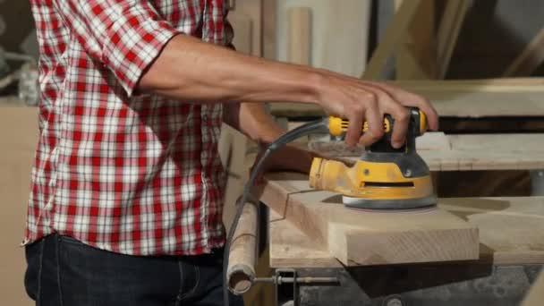 Mužské carpenter leštění dřeva v jeho dílně