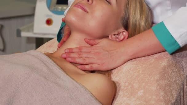 Vonzó nő, egyre arc spa kezelés szépségszalon