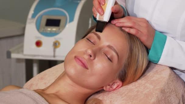 Splendida donna con pelle perfetta ottenere trattamento viso ad ultrasuoni