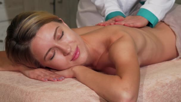 Ohromující žena s úsměvem při příjmu masáž celého těla