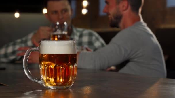 Szelektív összpontosít egy pohár finom hideg sör a pub