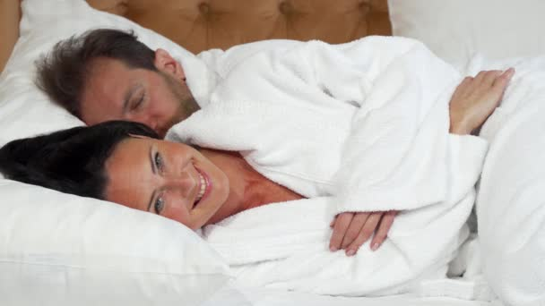 Vidám érett nő fog aludni az ágyban-férje