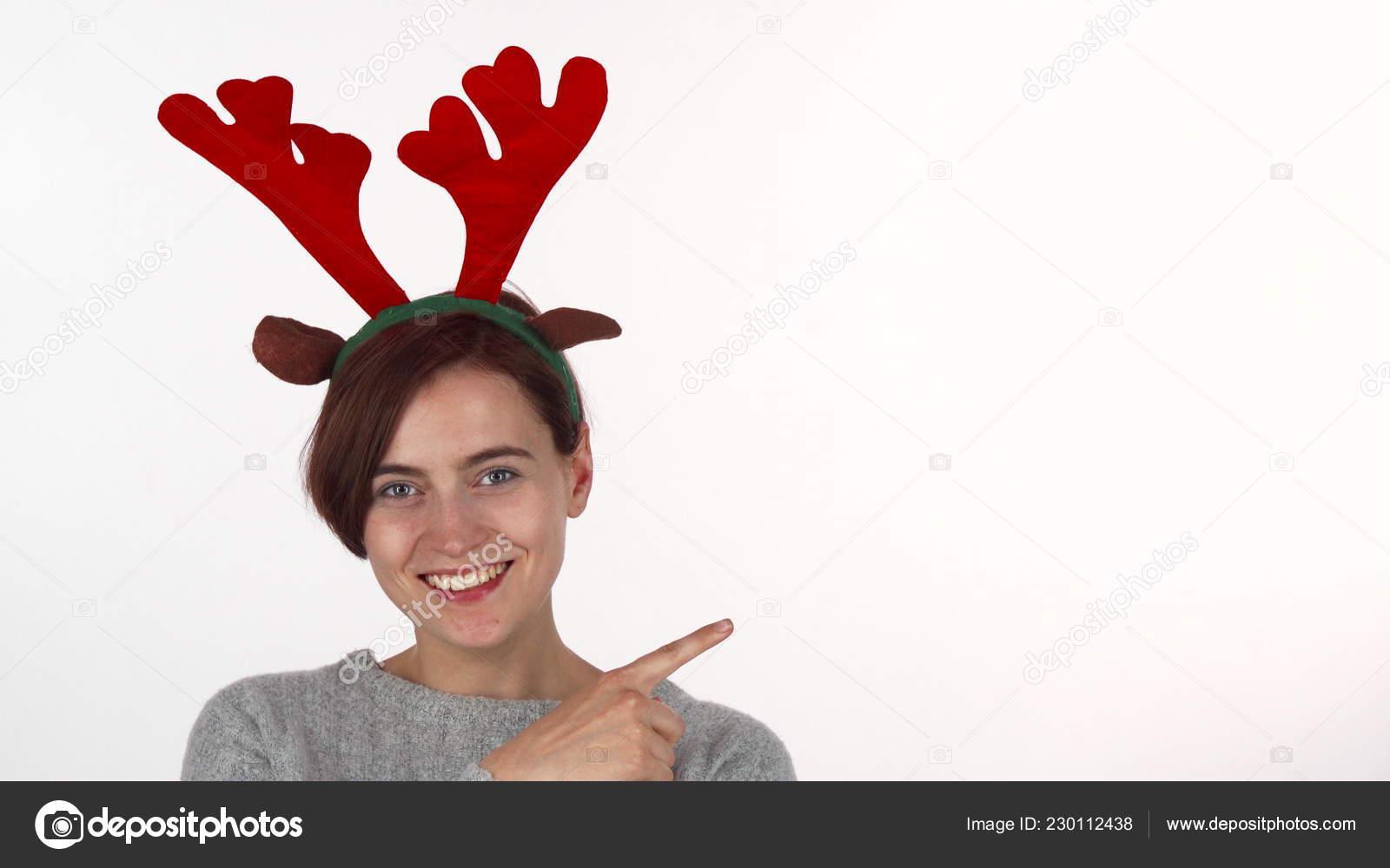 77d97eca8 Mladá žena nosí sobí parohy čelenka na místa kopie– stock obrázky