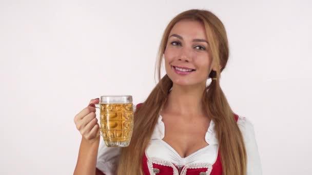 Herrlich fröhliche Bayerin genießt duftendes Bier
